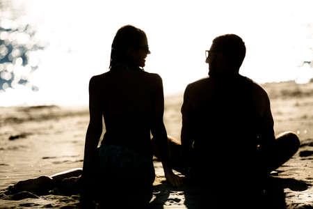 Paare am Strand silhoutte Standard-Bild - 52647813