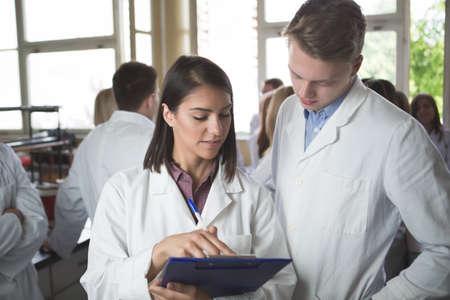 Wissenschaftliche Forscher einen Ordner von chemischen Experiment Forschung halten. Universität Mitarbeiter, Pharmazie, Medicine.Working in Teams für ein besseres result.Science Projektteam arbeiten. Standard-Bild - 52489876