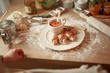 Kochen gesunde und ausgewogene food.Carbohydrates.Whole grains.Dieting Concept.Healthy Lifestyle.Woman Kochen Essen bei home.Homemade Teigrollen mit scharfem Paprika-Sauce auf Holztisch in der Küche. Standard-Bild - 52657359