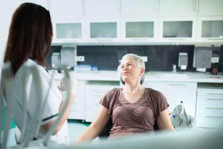 comunicacion oral: Mujer de edad avanzada la visita al dentista toma cuidado de su médico teeth.Dentist hablando con una mujer mayor atención patient.Dental para elder.Prosthodontics y protesis orales