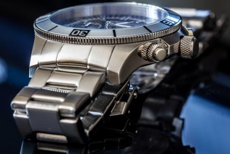 cronógrafo: Reloj de lujo sobre la superficie reflectante de enfoque selectivo, profundidad de campo