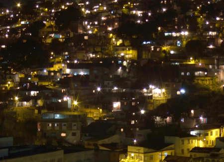 krottenwijk: Sloppenwijk bij nacht in Niter�i city, Rio de Janeiro, Brazilië Stockfoto