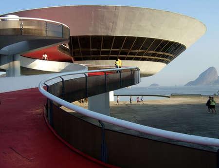 art museum: Oscar Niemeyer� della Niter� i � Museo d'Arte Contemporanea con Sugar Loaf, a Rio de Janeiro, Brasile