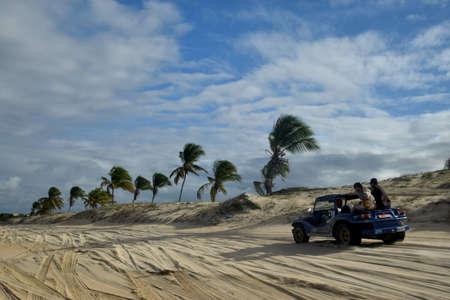 duna: Buggy jinete en la playa de Natal, Brasil Foto de archivo