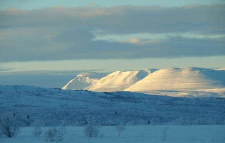 montañas nevadas: montañas nevadas en Noruega