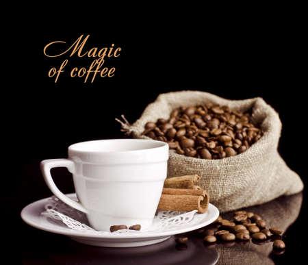 コーヒーの背景と黒で分離された白いカップ 写真素材