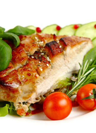 asados: Cerdo asado glaseado con verduras aislados sobre fondo blanco