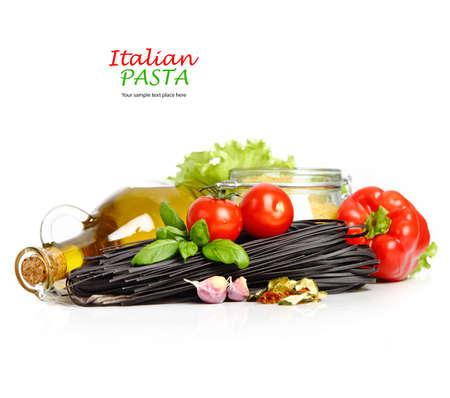 白で分離されたトマトの黒パスタ 写真素材