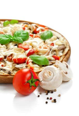 ベジタリアン ピーマン、マッシュルーム、トマト、オリーブとバジルのピッツァ