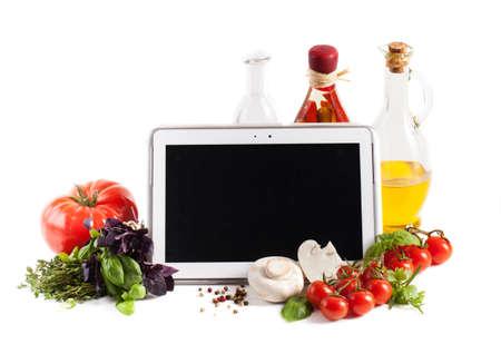 白い背景の上に野菜とタブレット コンピューター 写真素材