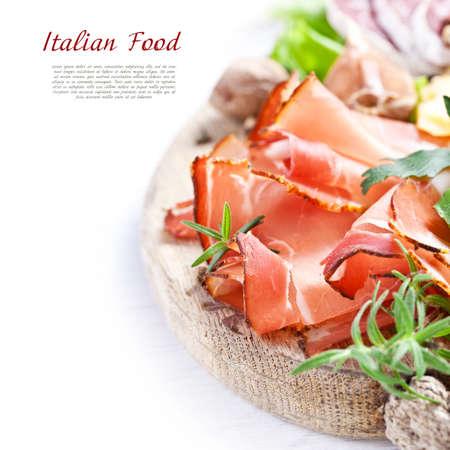 イタリア料理。生ハム、チーズ、サラミ、ハーブ。