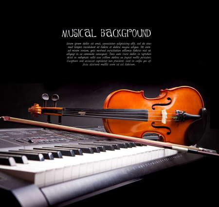 黒のヴァイオリンとピアノのキー 写真素材