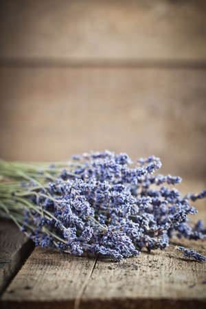 Bunch of lavender flowers on an old wood table Banque d'images