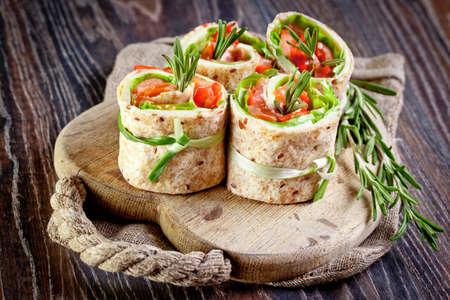 新鮮なサラダとサーモン ラヴァッシュクラッカー ロール葉します。