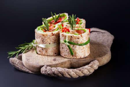 comida japonesa: Rollos lavash salmón con hojas de ensalada fresca