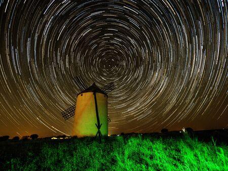 Zirkumpolares Foto einer Windmühle in Guadalajara. Spanien Standard-Bild