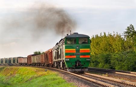 Goederentrein getrokken door diesellocomotief. Wit-Russische spoorwegen