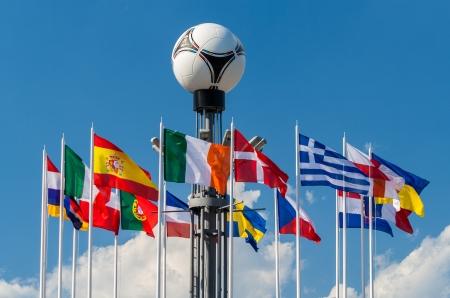 adidas: Kiev, Oekraïne - 19 juni 2012. Nationale vlaggen en Adidas tango 12, de officiële mathball van de UEFA EURO 2012 betreffende de Europese Plein Redactioneel