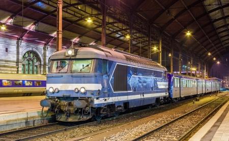 Lokale diesed Zug am Bahnhof Straßburg Elsass, Frankreich