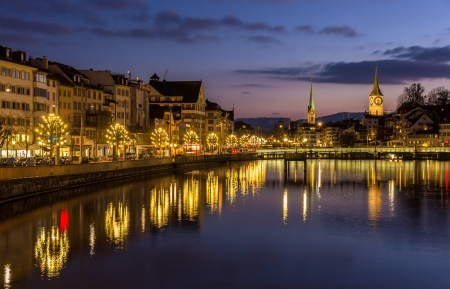 Zürich am Ufer der Limmat am Winterabend