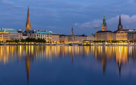 Hamburger Innenstadt über den See