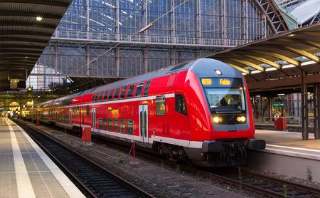 treno espresso: Treno espresso regionale di Francoforte stazione di Meno, Germania Editoriali