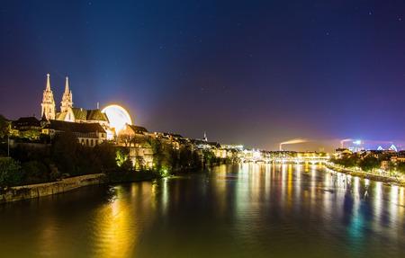 Blick auf Basel über den Rhein bei Nacht - Schweiz