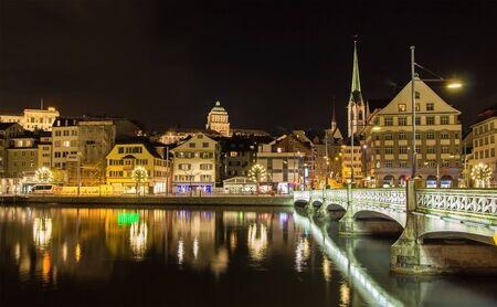 escuela edificio: El casco antiguo de Zurich en la noche - Suiza