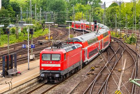 treno espresso: Treno espresso regionale nella stazione di Hauptbahnhof Amburgo - Germania Editoriali