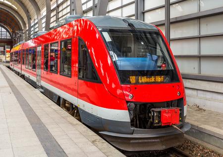 treno espresso: Un treno suburbano diesel in Stazione Centrale Kiel - Germania Editoriali