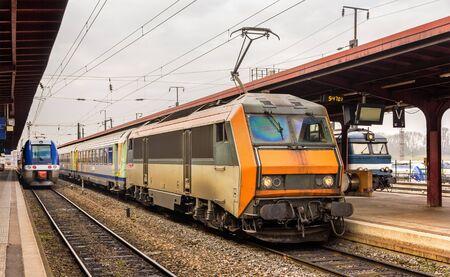 treno espresso: Treno espresso regionale alla stazione di Strasburgo - Alsazia, Francia