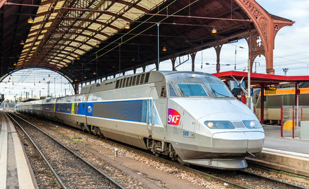 Straßburg, Frankreich - 14. April: SNCF TGV am Hauptbahnhof am 14. April 2013 in Straßburg, Frankreich. TGV-Züge durchgeführt mehr als 2 Milliarden Passagiere seit Inbetriebnahme