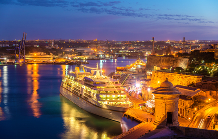 cruiseliner: Cruise liner in the port of Valletta - Malta