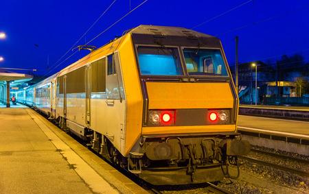 treno espresso: Treno espresso regionale alla stazione di Mulhouse - Francia Editoriali