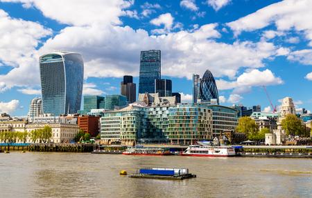 Wolkenkratzer der City of London über die Themse - England