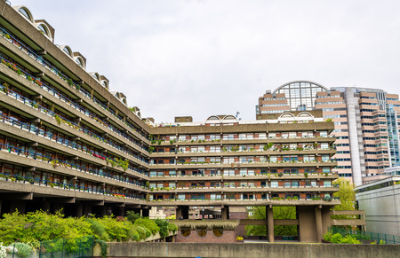 edificio escuela: Vista del complejo Barbican en Londres, Inglaterra