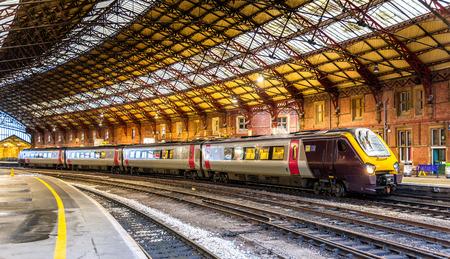 tren: Tren de pasajeros en la estación de tren de Bristol Temple Meads, Inglaterra
