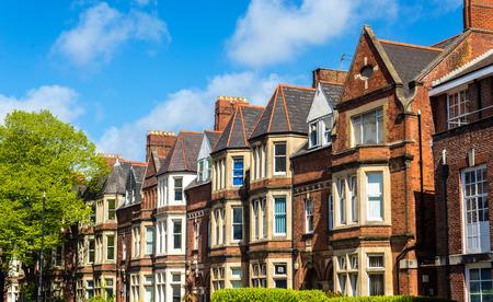 Casas de ladrillos residenciales típicos en Cardiff, Gales