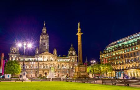 Blick auf George Square in Glasgow in der Nacht - Schottland
