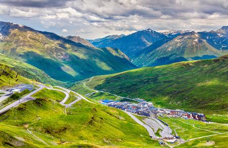 Uitzicht op El Pas de la Casa vanaf een berg - Andorra Stockfoto