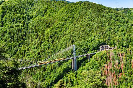 tren: El Tren Jaune Tren amarillo en el puente Cassagne - Francia, Pirineos Orientales