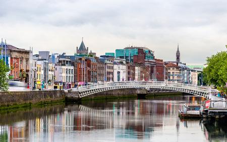 View of Dublin with the Ha'penny Bridge - Ireland Foto de archivo