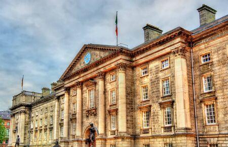 colleges: Entrada del Trinity College de Dublín - Irlanda