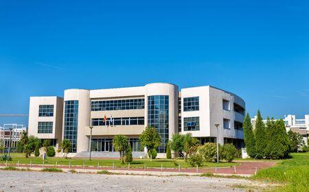 silhouette voiture: Rectorat de l'Université du Monténégro à Podgorica