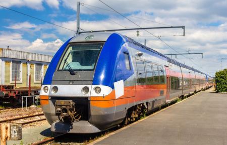 treno espresso: treno espresso regionale alla stazione di La Rochelle - Francia