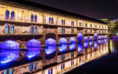 Nachtbeleuchtung von Barrage Vauban (Vauban Wehr) in Straßburg
