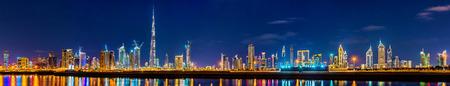 Nacht panorama van Dubai Downtown - de Verenigde Arabische Emiraten Stockfoto