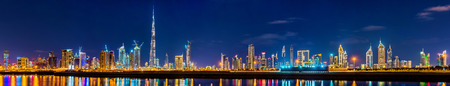 Night panorama of Dubai Downtown - the UAE Standard-Bild