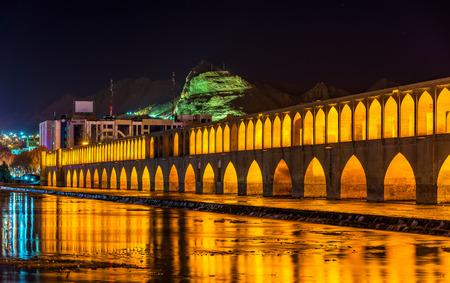 medievales: Allahverdi Puente Khan (Si-o-Seh pol) en Isfah�n, Ir�n Foto de archivo