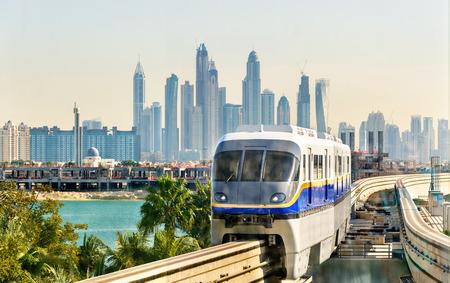 Trein aankomt op het station Atlantis Monorail in Dubai Redactioneel